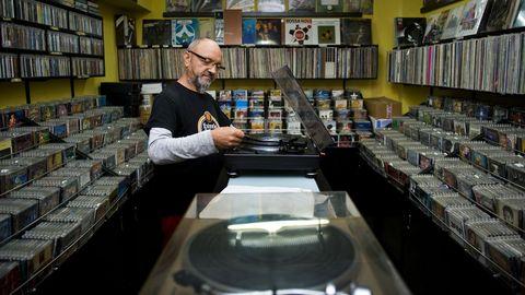 Eladio Lozano posa en su negocio Discovery Music, el único especializado en vinilos de A Coruña