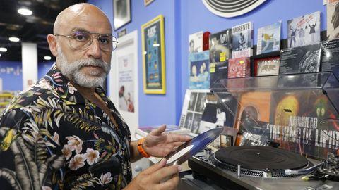 Carlos muestra un vinilo en su comercio Peggy Records, situado en Ourense