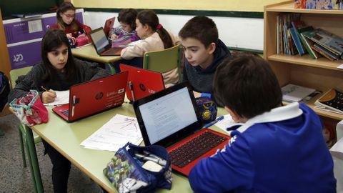 Los estudiantes del colegio Rodríguez Cadarso de Noia siguen con ordenadores cuando pasan a secundaria al IES Campo de San Alberto