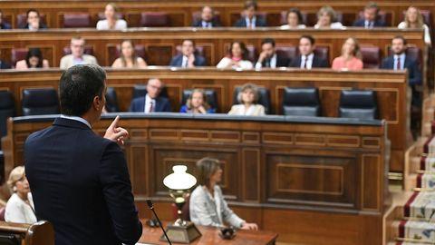 Pedro Sánchez (de espaldas) replica a Pablo Casado en la última sesión de control al Gobierno de la legislatura