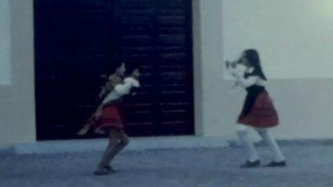 Fotograma de la película en la que se puede ver a dos niñas con traje tradicional ensayando su baile