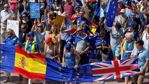 Más de un centenar de residentes británicos se concentraron el domingo en Málaga para protestar contra el «brexit», portando banderas del Reino Unido, España y la Unión Europea.