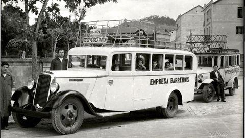 Autobuses de la empresa familiar en 1934. Hacían la ruta Ourense-Peares-Pantón. De izquierda a derecha, Eduardo Barreiros con trece años; su padre; dentro del primer autobús María, Mariluz, Valeriano y Graciliano. Apoyado en el segundo autobús, Arturo, el chófer