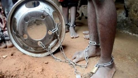 Captura de vídeo en el que se ve a una de las personas liberadas encadenada por los tobillos