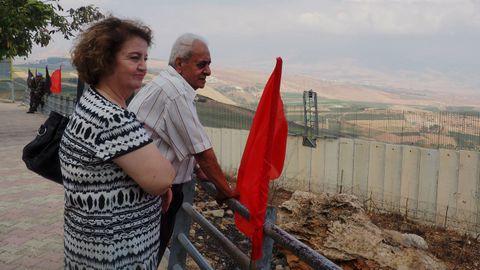 Georgette y Rida en el mirador de Odaisseh. Detrás, dos soldados de la fuerzas de paz de la ONU