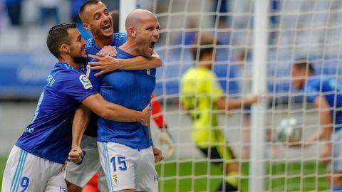 Tejera y Joselu abrazan a Ortuño tras el 2-1 ante el Zaragoza