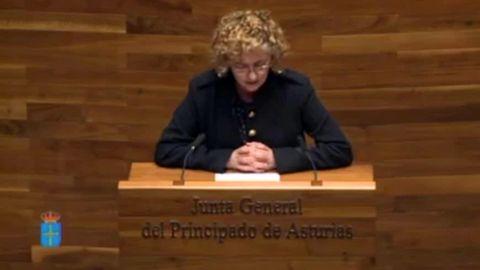 María Gloria García lee un poema en asturiano de Piñán en la Junta General