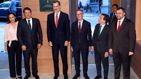 Carolina Compostizo, Fernando Masaveu, Felipe VI, José Guirao, José Luis Martínez-Almeida y Adrián Barbón en la inauguración de la sede de la Fundación Masaveu en Madrid