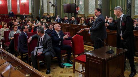 Los doce líderes independentistas acusados por el proceso soberanista catalán en el banquillo del Tribunal Supremo al inicio del juicio del «procés» el 12 de febrero del 2019