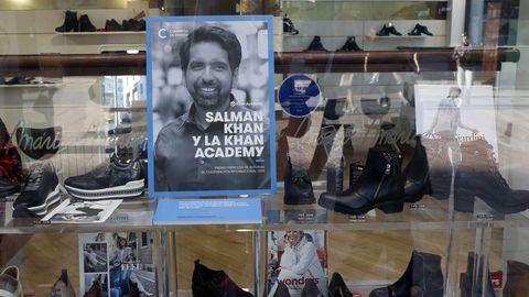 Vista de uno de los numerosos comercios de Oviedo que expone en su escaparate fotografías y biografías de los galardonados en esta edición de los Premios Princesa de Asturias