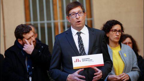 El exconsejero de Justicia Carles Mundó ha sido condenado a 10 meses de multa con una cuota diaria de 200 euros, y un 1 año y 8 meses de inhabilitación especial por un delito de desobediencia. Absuelto de un delito de malversación.