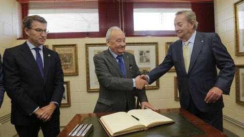 Justo Beramendi, a punto de firmar en el Libro de Oro de La Voz de Galicia, recibe el saludo del editor y presidente de La Voz de Galicia, Santiago Rey Fernández-Latorre  en presencia del Presidente de la Xunta, Alberto Núñez Feijoo