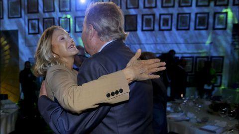 Flora Pérez Marcote, vicepresidenta de la Fundación Amancio Ortega, saludando a Santiago Rey Fernández-Latorre