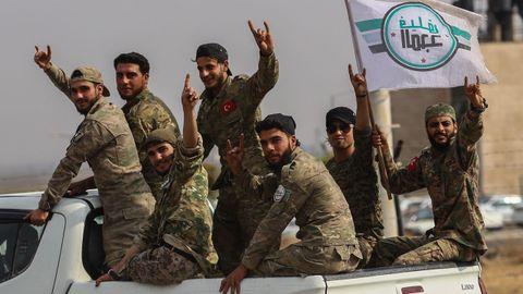 Combatiente sirio proturcos en el frente de Tal Abiad