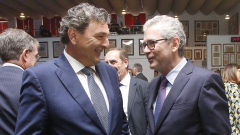 Santiago Pérez, gerente de La Voz de Galicia, charlando con Pablo Isla