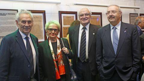 Camilo Nogueira con Carmen Colmeiro, el presidente de la Academia Galega, Víctor Freixanes y Ramón Villares, presidente del Consello da Cultura Galega