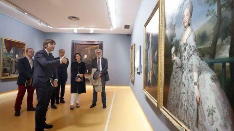El director del Prado, Miguel Falomir (d), la directora de la Fundación Princesa, Teresa Sanjurjo (2d), y el director del Museo de Bellas Artes de Asturias, Alfonso Palacios (i), durante la inauguración de la exposición  Austrias y Borbones: Retratos de Príncipes y Princesas de Asturias, y Reyes de España