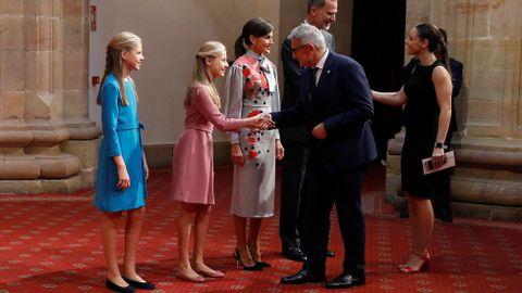 Leonor, Sofia y los reyes saludan a presidentes de los jurados