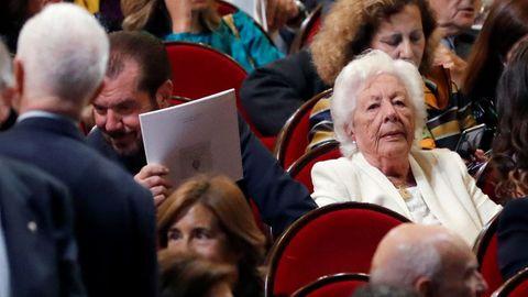 Jesús Ortiz (2i) junto a Menchu Álvarez, padre y abuela de la reina Letizia, asisten a la ceremonia de entrega de los Premios Princesa de Asturias 2019 que se celebra hoy en el Teatro Campoamor de Oviedo