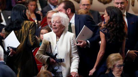 Menchu Álvarez, abuela de la reina Letizia, junto a su hermana Telma Ortiz (d), asisten a la ceremonia de entrega de los Premios Princesa de Asturias 2019 que se celebra hoy en el Teatro Campoamor de Oviedo