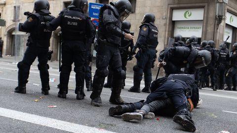 Antidisturbios inmovilizan a un manifestante en Via Laietana