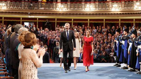 Los reyes Felipe y Letizia, junto a la princesa Leonor y la infanta Sofía (2d), a su llegada a la ceremonia de entrega de los Premios Princesa de Asturias 2019 que se celebra este viernes en el Teatro Campoamor de Oviedo