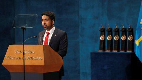 El matemático Salman Khan, fundador de la Khan Academy, interviene tras recibir el Premio Princesa de Asturias de Cooperación Internacional 2019 por su contribución a la universalización de la educación de calidad, durante la ceremonia de entrega de los galardones, este viernes en el Teatro Campoamor de Oviedo. EFE/ Ballesteros