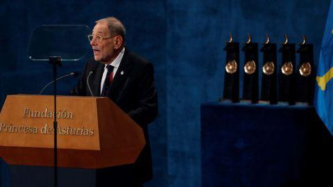 El presidente del Real Patronato del Museo del Prado, Javier Solana, tras recibir el premio Princesa de Asturias de comunicación y humanidades 2019, durante el acto que se celebra este viernes en el Teatro Campoamor de Oviedo. EFE/