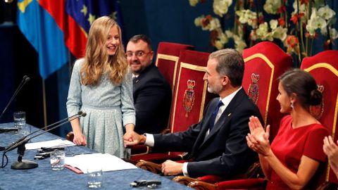 La princesa Leonor es felicitada por los reyes Felipe y Letizia, tras pronunciar su discurso en la ceremonia de entrega de los Premios Princesa de Asturias 2019, este viernes en el Teatro Campoamor de Oviedo. Junto a ella, los reyes Felipe y Letizia y la infanta Sofía. EFE/ Ballesteros