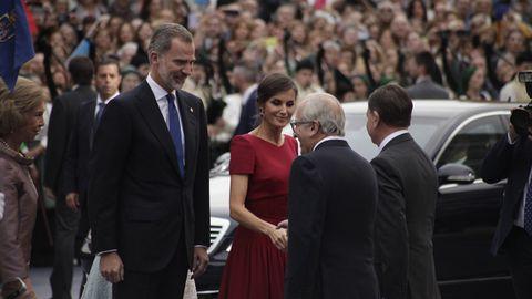 Los reyes saludan a las autoridades a su llegada al Teatro Campoamor