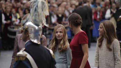 La reina Letizia, la princesa Leonor y la infanta Sofía en el exterior del Teatro Campoamor