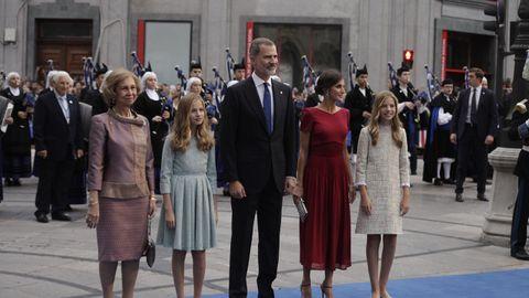 La familia real en el exterior del Teatro Campoamor
