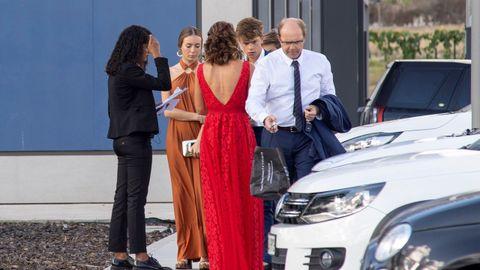 Los invitados a la boda de Rafa Nadal y Mery Perelló esperan a los autobuses que les trasladan desde la Academia de Rafa Nadal, en Manacor,el punto de encuentro desde el que han partido a Pollença
