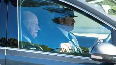 El rey Juan Carlos, invitado a la boda de Rafa Nadal y Mery Perellóa, a su llegada en coche sa Fortalesa, la finca situada en la península de Punta Avançada, en Pollença, al norte de Mallorca