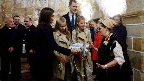 Los reyes, la princesa Leonor y la infanta Sofía, durante su visita este sábado a la iglesia de Asiegu, galardonado como pueblo ejemplar de Asturias 2019