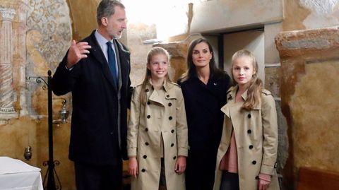 Los reyes, la princesa Leonor y la infanta Sofía, durante su visita este sábado bajo la lluvia a Asiegu, galardonado como pueblo ejemplar de Asturias 2019