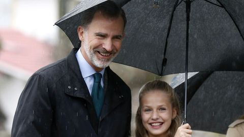 El rey Felipe VI (i), la princesa Leonor (d) sonríen durante su visita a Asiegu