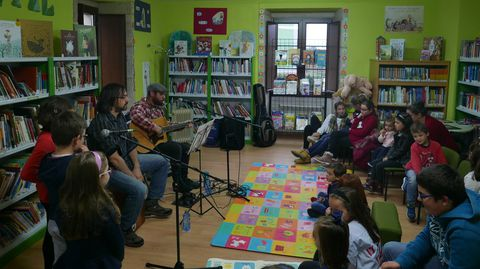 La Biblioteca Pública Municipal de Xermade acogió hace unos días el cuentacuentos musical «Cambia o conto», de Miguel Alonso