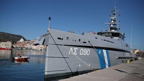 Un buque del servicio de guardacostas griego, en el puerto de Mitilene, en Lesbos
