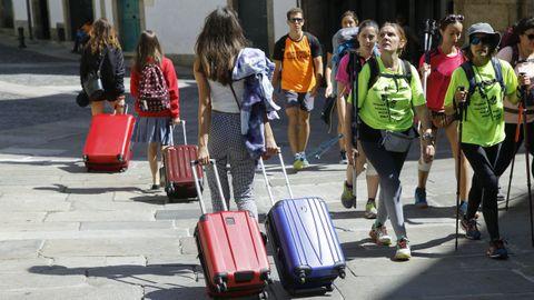 Turistas con maletas en la zona vieja de Santiago