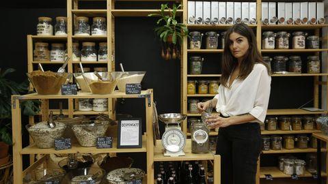 Lara Prendes vende en Despensa 77 más de 250 productos a granel, desde alimentos no perecederos eco a otros de higiene para el hogar. Por ejemplo, uno puede llevarse al peso desde papel higiénico a vinagre ecológico.