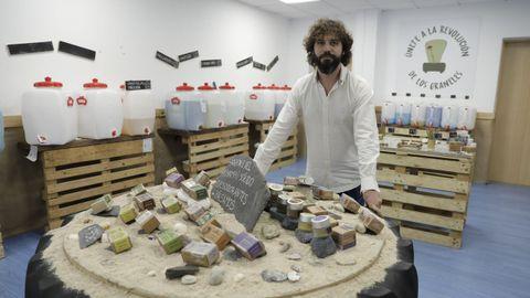 Daniel Rocha, que abrió en julio en Os Mallos la tienda La revolución de los Graneles
