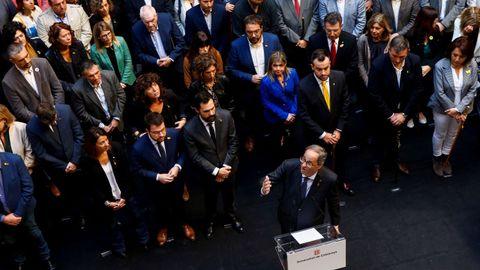 El presidente de la Generalitat, Quim Torra (abajo) recibe a alcaldes que han aprobado mociones de «poyo a los presos políticos y exiliados» y de «rechazo a la sentencia del procés del Tribunal Supremo», este sábado en el Palau de la Generalitat