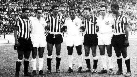 De izquierda a derecha: Garrincha, Zito, Nilton Santos, Pelé, Zagallo, Pepe y Didí posando durante la disputa de la final del Teresa Herrera entre el Santos y el Botafogo en 1959. Todos ellos habían sido campeones del mundo un año antes en el Mundial disputado en Suecia.