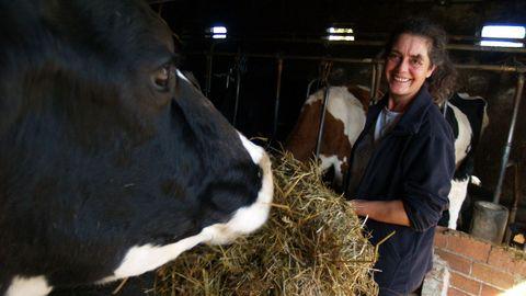 anar.A explotación láctea de Ana está en Meixonfrío (Taboada), no lugar de Vila. Ela atende unha granxa dunhas 30 cabezas de gando que antes xa coidaron seus pais, Enma e Antonino