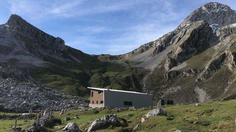 Entre Cerreos y Peñaubiña, el collado Terreros, con el refugio del Meicín en primer plano