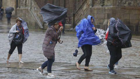 El fuerte viento también es protagonista en Galicia. En la imagen, la plaza del Obradoiro, en Santiago.