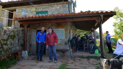 Bernabé Aguirre (derecha) y Emilio Huerta (responsable del refugio de la Terenosa)