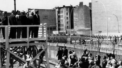 John Kennedy observa la construcción del muro en 1963