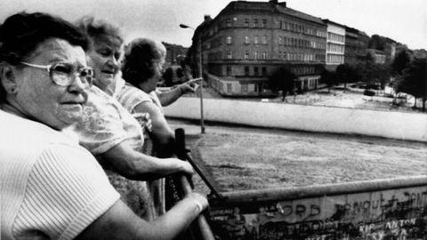 Mujeres miran por encima del muro